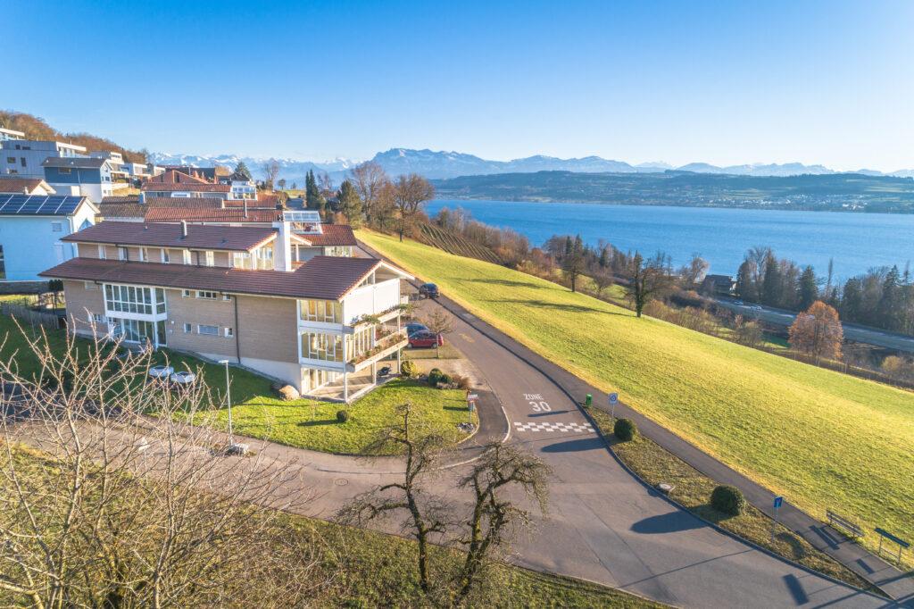 Drohnenaufnahme Schweiz bei einem See